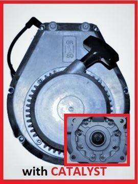 Obrázek kompletní náhradní motor WM80 pro Wacker Neuson s katalyzátorem + 4hranaté uchycení na 4 šrouby - vč. startéru - pro BS50-2 BS60-2 BS70-2 BS45Y BS60Y BS62Y BS65Y - nahradí originál - číslo k porovnání 0009685 WM 80 - jinak sada obsahuje - válec píst pístní kroužky kliková hřídel klika těsnění starter madlo pružina atd. 3.verze